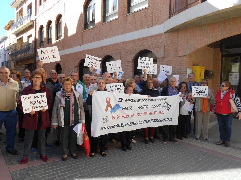 Medio centenar de vecinos de Novallas han participado en la concentración.