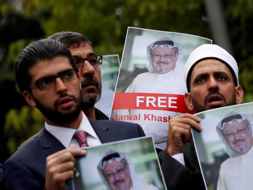 Activistas sujetan carteles con la imagen del periodista desaparecido Yamal Khashoggi