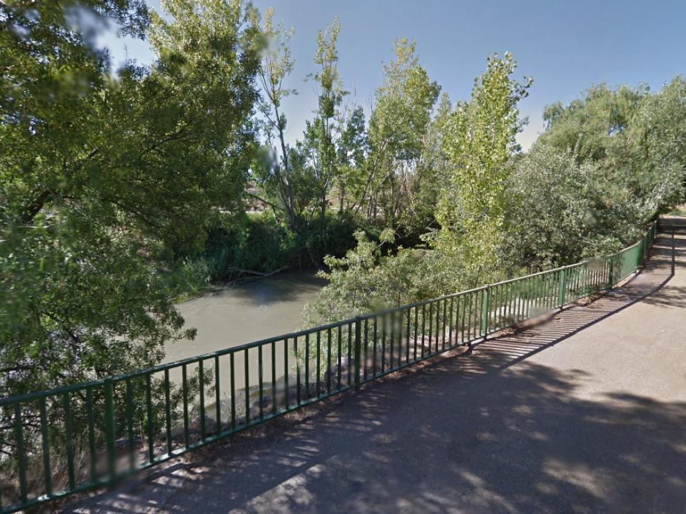 El coche se precipitó al Jalón en este tramo de la calle de Francisca Gil, cerca de las piscinas municipales de Morés.