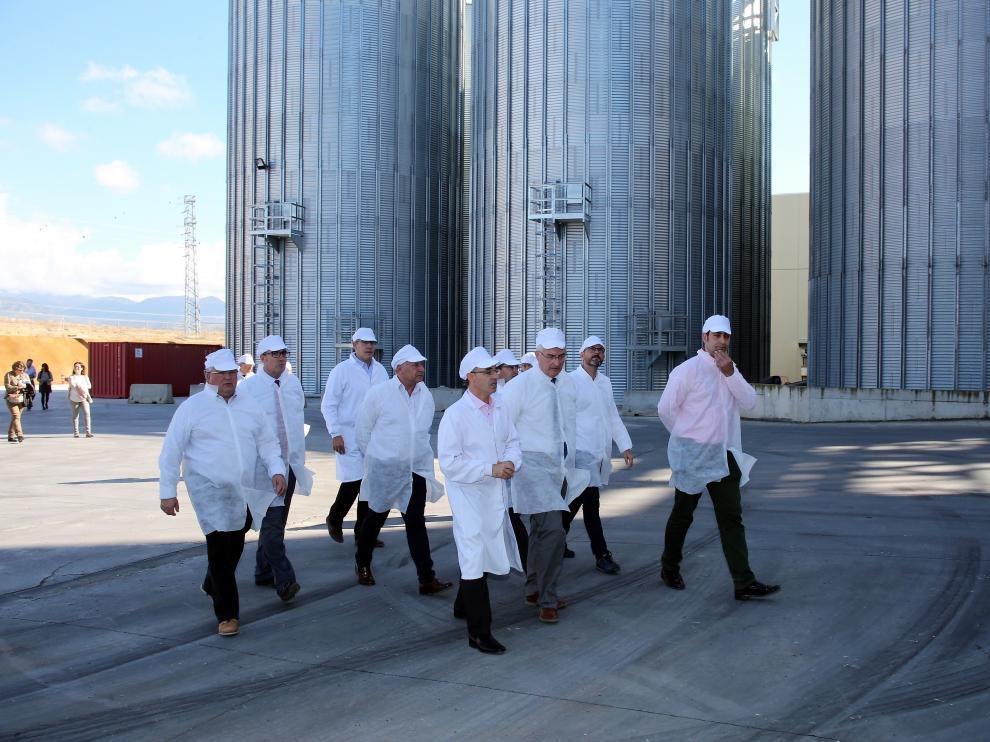 El consejero Olona junto a otros representantes institucionales visitan las instalaciones de Harineras Villamayor.