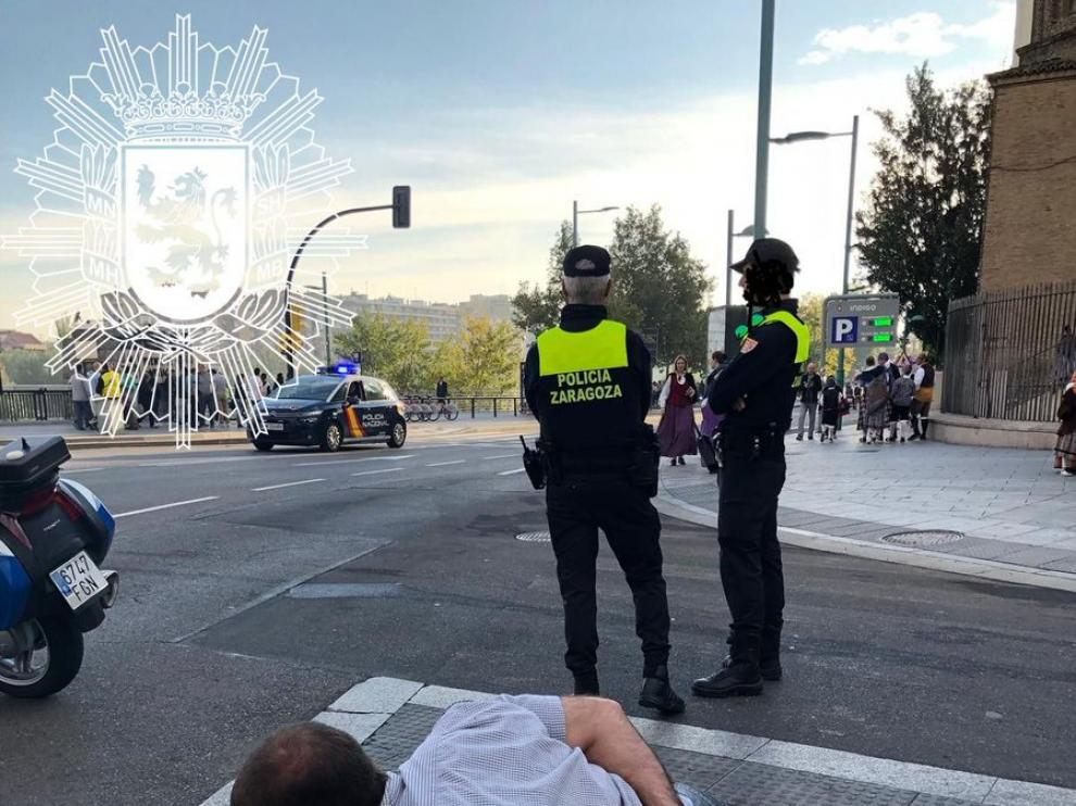 El ciclista se puso a hacer flexiones en plena acera del paseo de Echegaray y Caballero de Zaragoza.