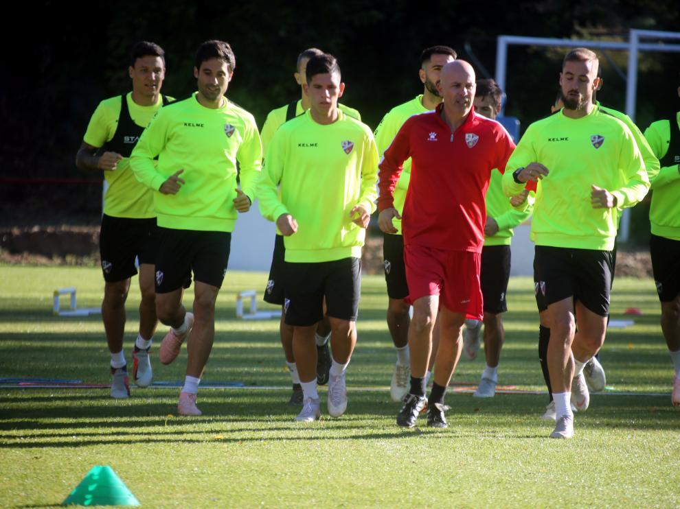 Los futbolistas del Huesca realizando carrera continua durante el entrenamiento de este martes en Bolea.