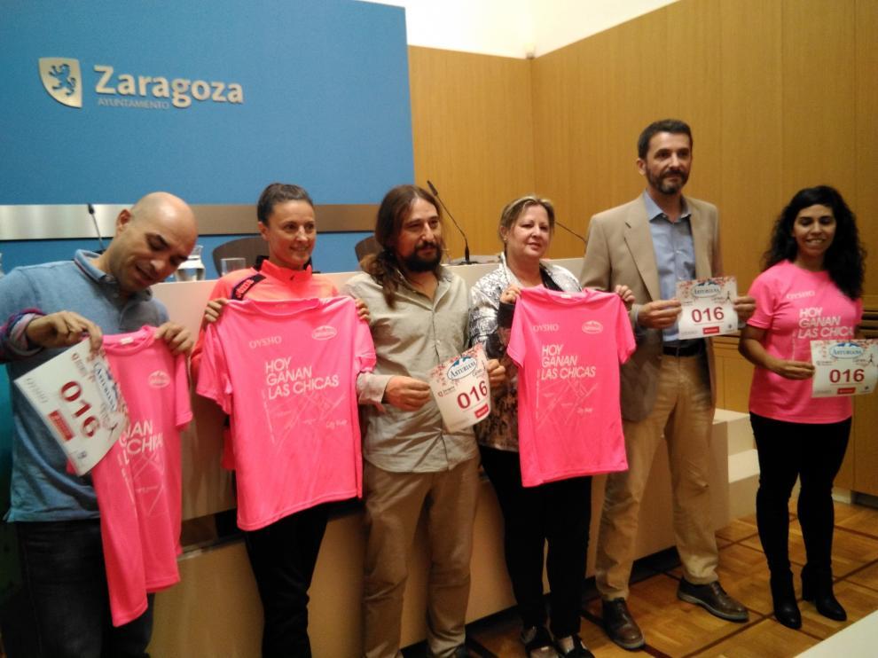 De izquierda a derecha: Capi (FEDA), Pueyo (atleta), Híjar, (Concejal de Deportes), Rivas (Amac-Gema), García (AECC) y Calleja (Portavoz de la carrera).