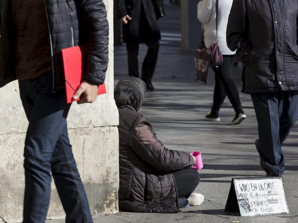 Una mendiga, en las calles de Zaragoza