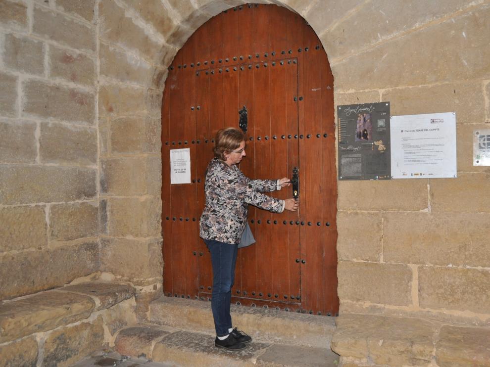 La alcaldesa de Torre del Compte, a las puertas del Ayuntamiento.
