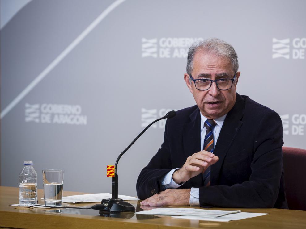 El consejero de Hacienda, Fernando Gimeno, en una rueda de prensa en la sede de la DGA.