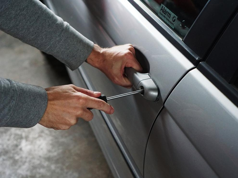 El hombre actuaba solo y se hizo con dos coches a la semana hasta que lo detuvo la Guardia Civil.