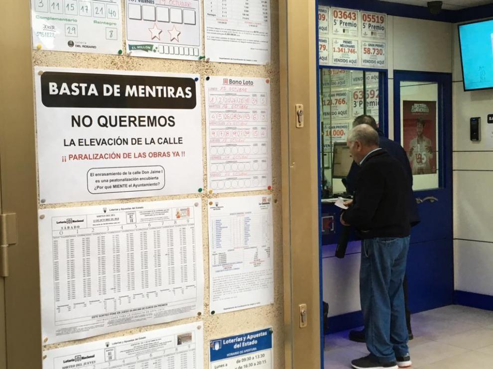 Los comerciantes de Don Jaime han colgado este jueves carteles reivindicativo