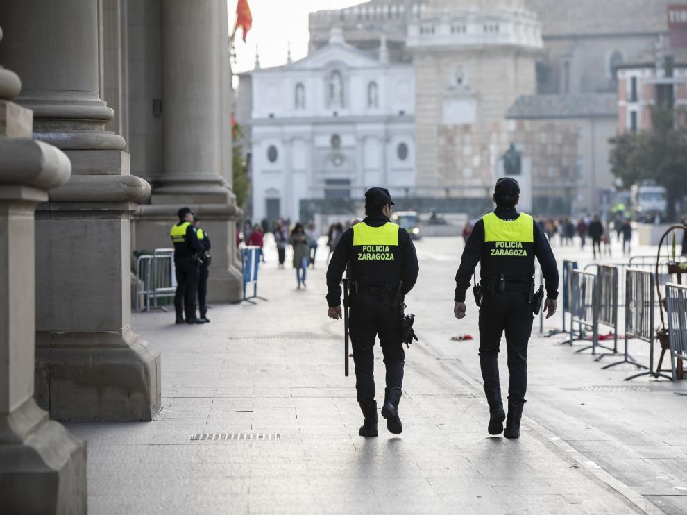 Agentes de la UAPO, en la plaza del Pilar, todavía con el uniforme específico de la unidad.