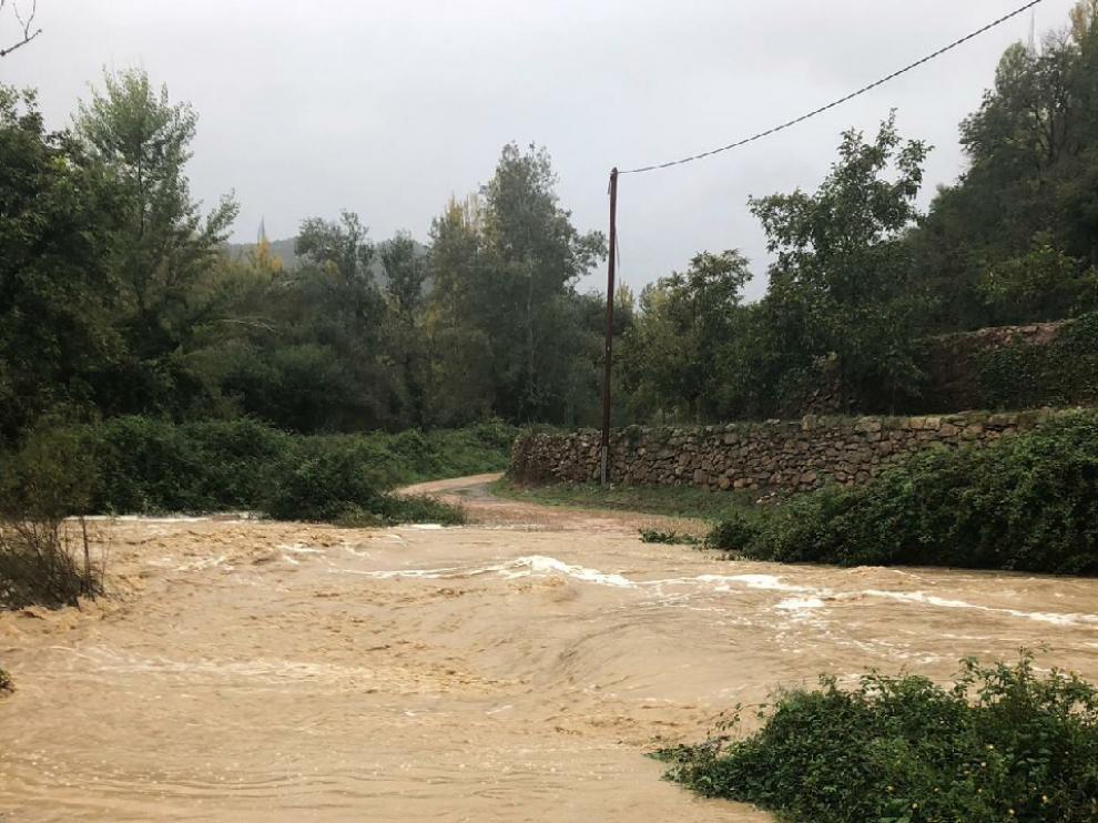 El vado para cruzar el Mijares y llegar a Los Ramones, inundado por la crecida.