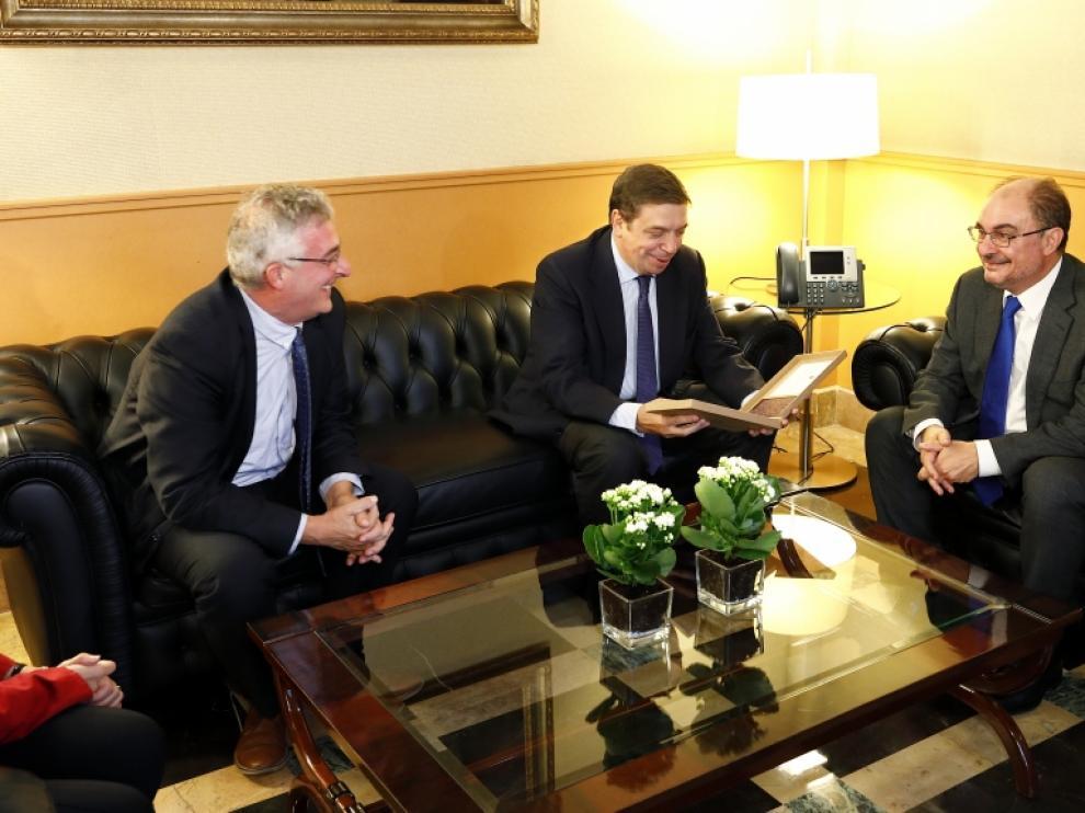 El presidente del Gobierno aragonés, Javier Lambán, saluda al ministro de Agricultura, Luis Planas, junto al consejero de Desarrollo Rural, Joaquín Olona.