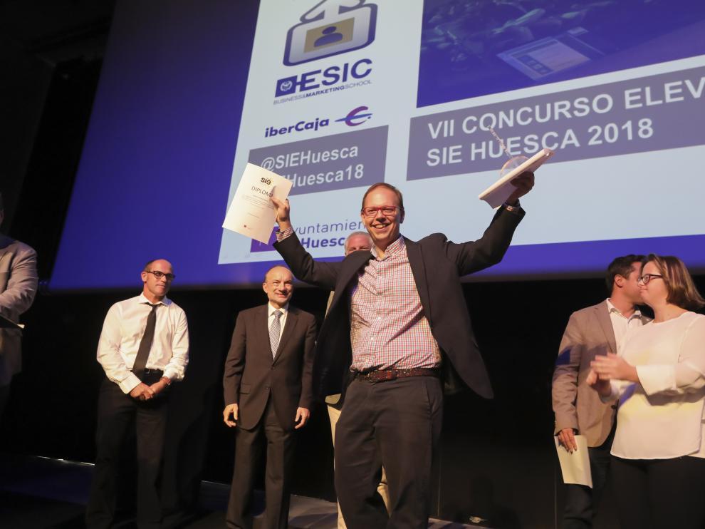 Javier Lozano, uno de los responsables de Singerfy, levanta exultante su trofeo.