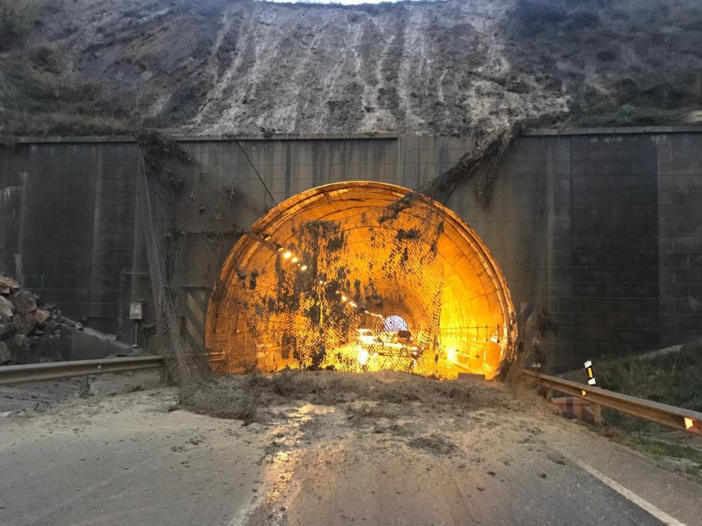 La malla que sujeta el talud del túnel de Sant Just desprendida.