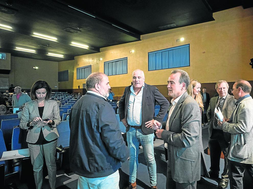Sánchez Quero –en el centro– conversa con un alcalde junto a varios diputados provinciales.