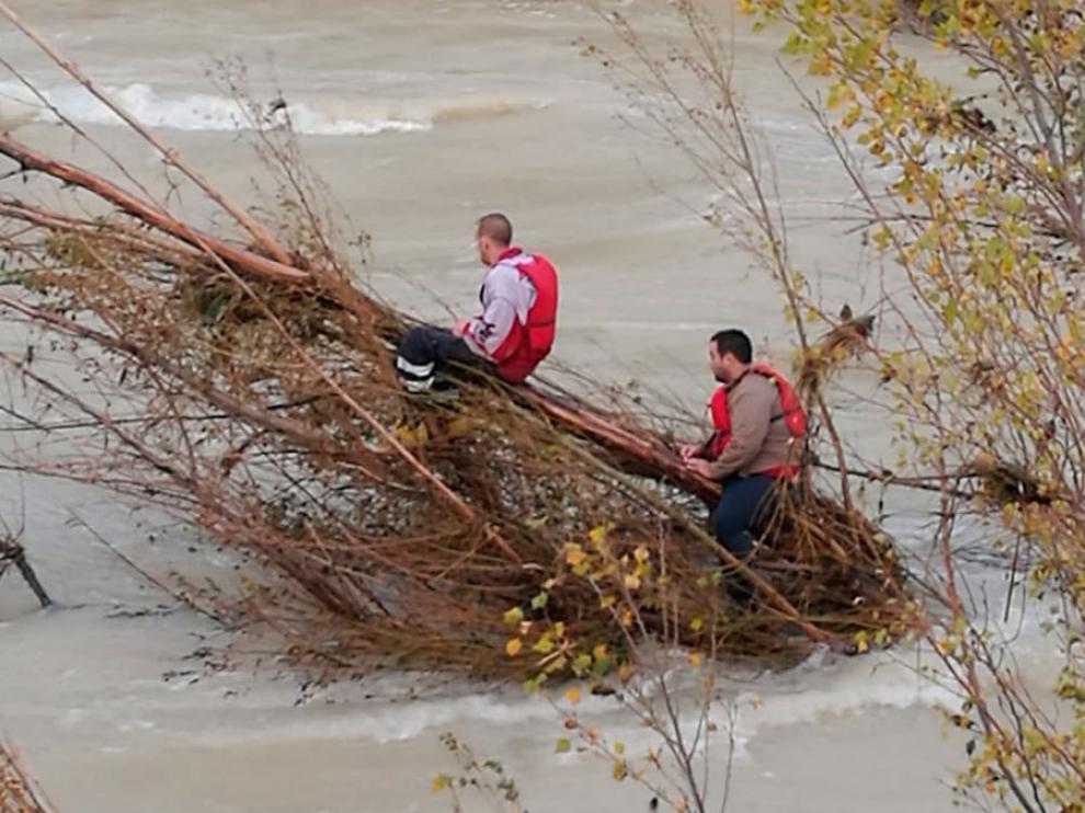 Dos campistas esperan a ser rescatados colgados de un árbol sobre el río Bergantes, en Aguaviva.
