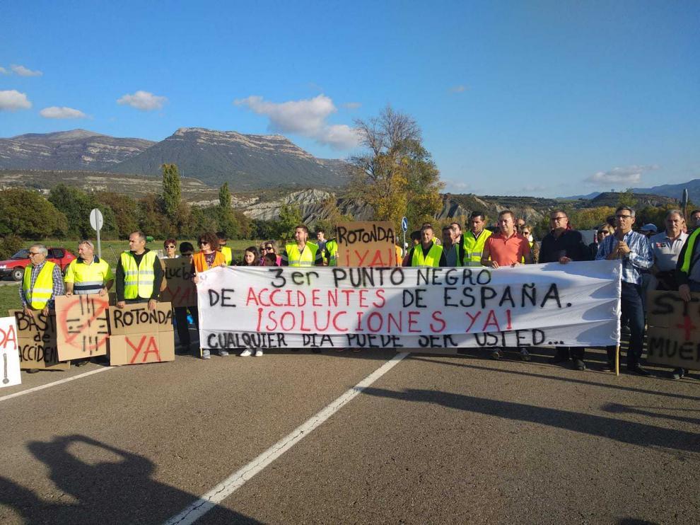 Una imagen de la concentración llevada a cabo este domingo en la N-330, en Sabiñánigo.