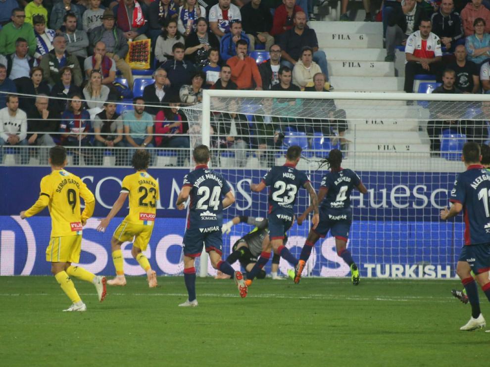 Una imagen del partido entre la SD Huesca y el Espanyol disputado este domingo en El Alcoraz.