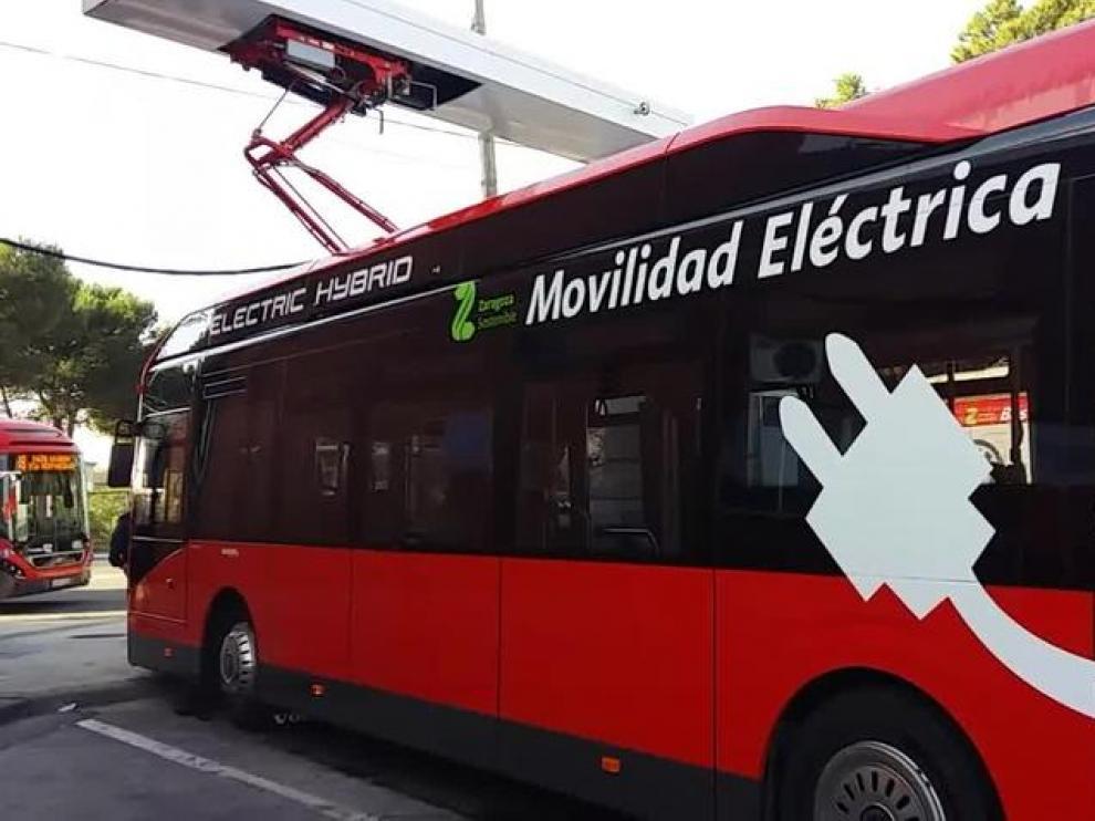 Uno de los nuevos autobuses eléctricos que Avanza Zaragoza ha implantado en la ciudad.