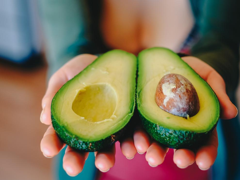 El aguacate contiene vitaminas A, C y E, antioxidantes que retrasan la aparición de arrugas en la piel.