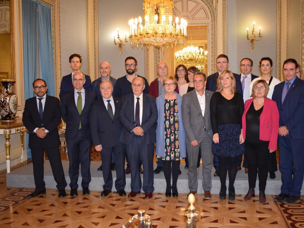 La comisionada del Gobierno frente al Reto Demográfico, Isaura Leal (en el centro), ha presidido la reunión en Madrid con alcaldes y presidentes de diputación.