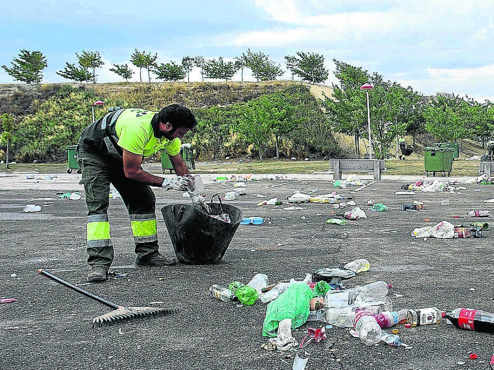 Trece brigadas reforzaron el servicio para la limpieza durante las Fiestas del Pilar, en especial en el recinto ferial de Valdespartera.