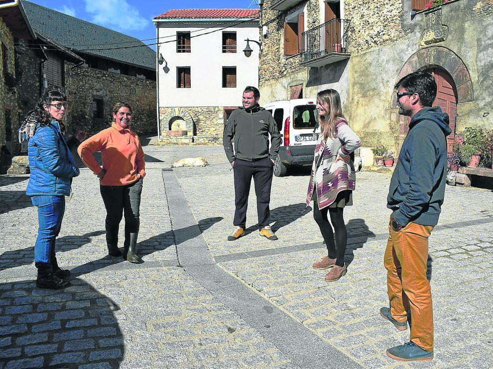 Llara, Adrián, Catalina y Lluís en Castanesa con una de las pastoras (vestida de naranja) que estos días se encuentran en la zona.