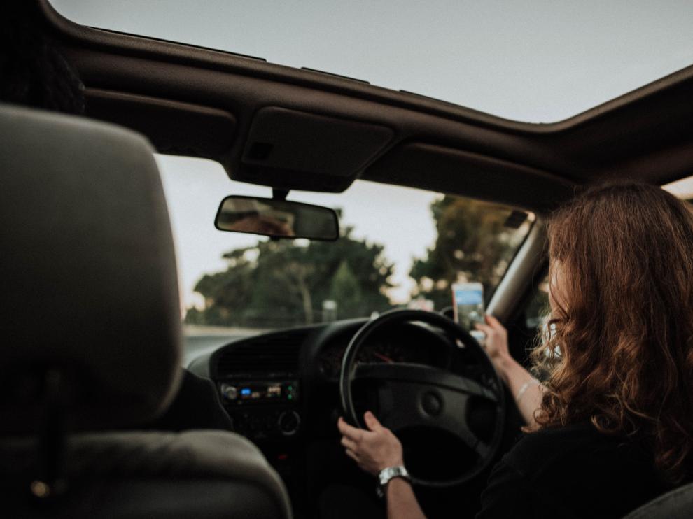 Usar el móvil al volante puede conllevar la pérdida de hasta seis puntos.