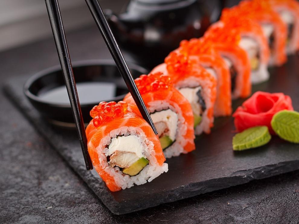 Sushi por seguidores de Instagram, así pagan los clientes en un restaurante de Milán.