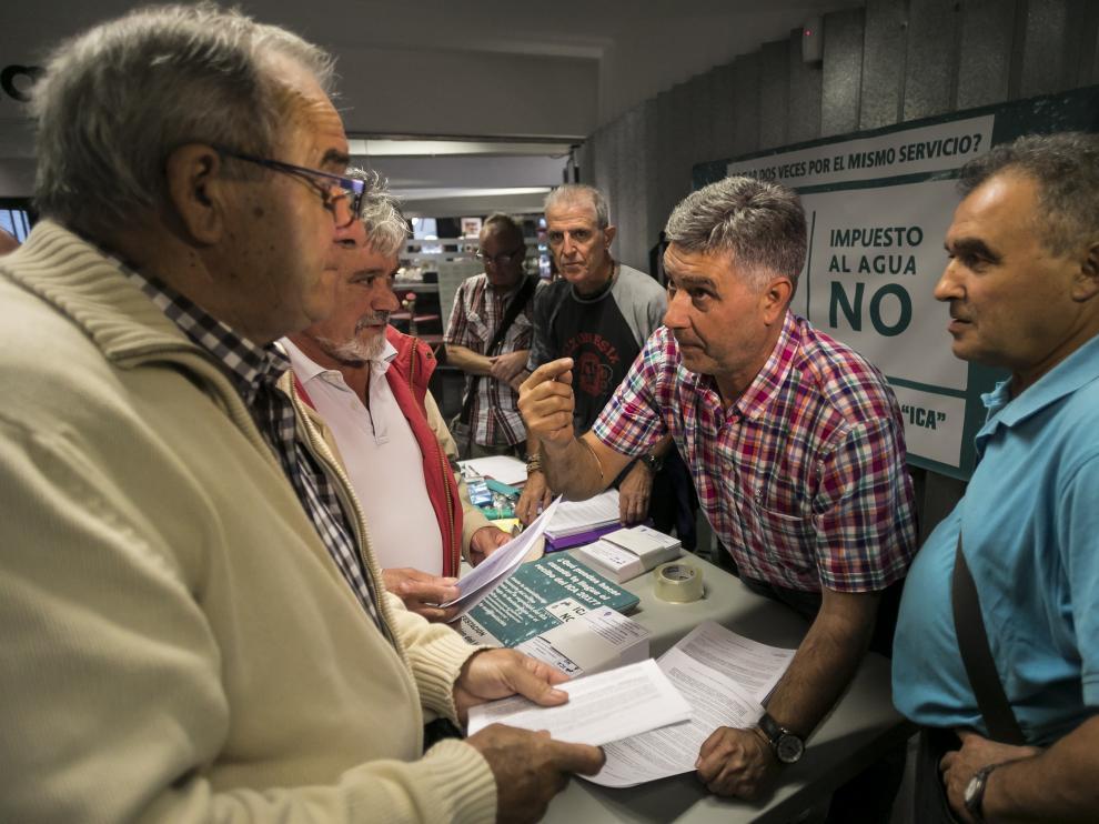 Miembros de la RAPA explican la campaña de recursos en el centro cívico de Las Delicias