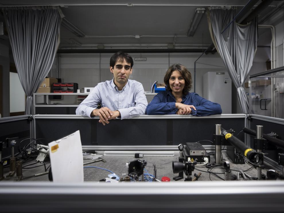 Carlos Sánchez Somolinos y Valeria Grazú, en uno de los laboratorios del ICMA.