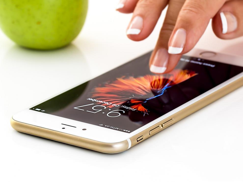 La pantalla de un móvil contiene hasta 30 veces más bacterias que la tapa de un inodoro.