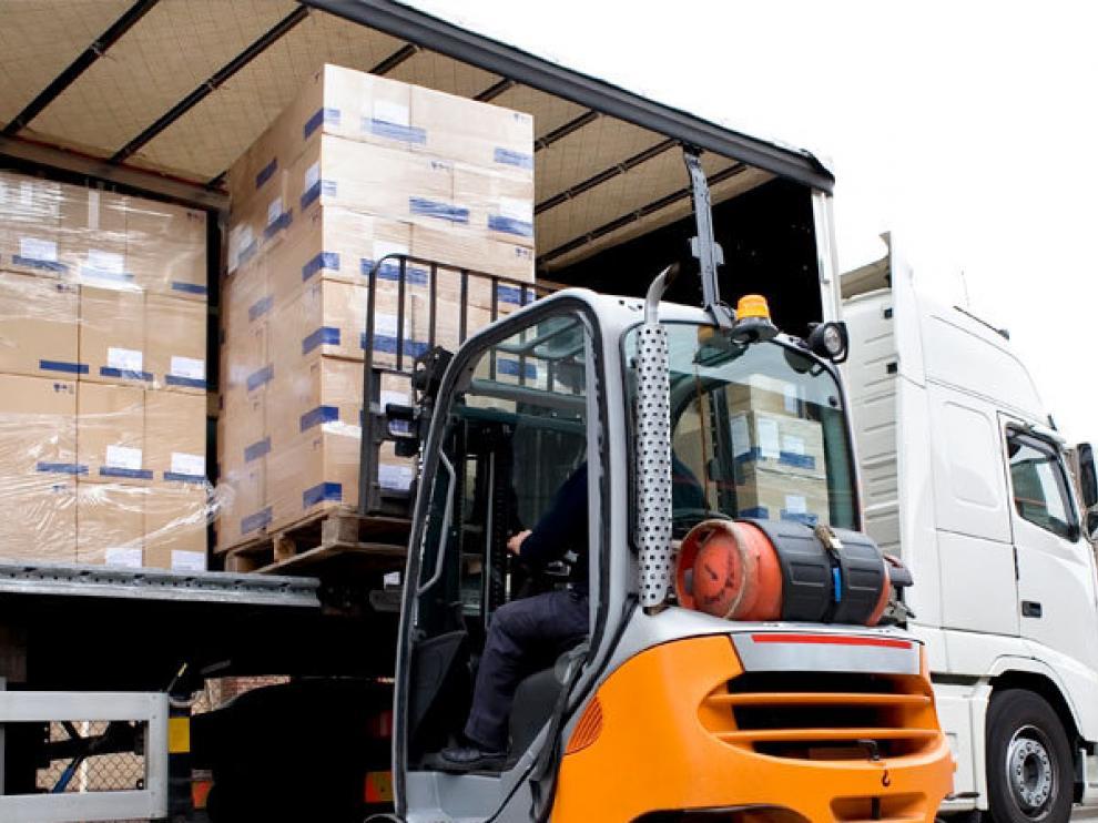 Un carretillero carga mercancía en un camión