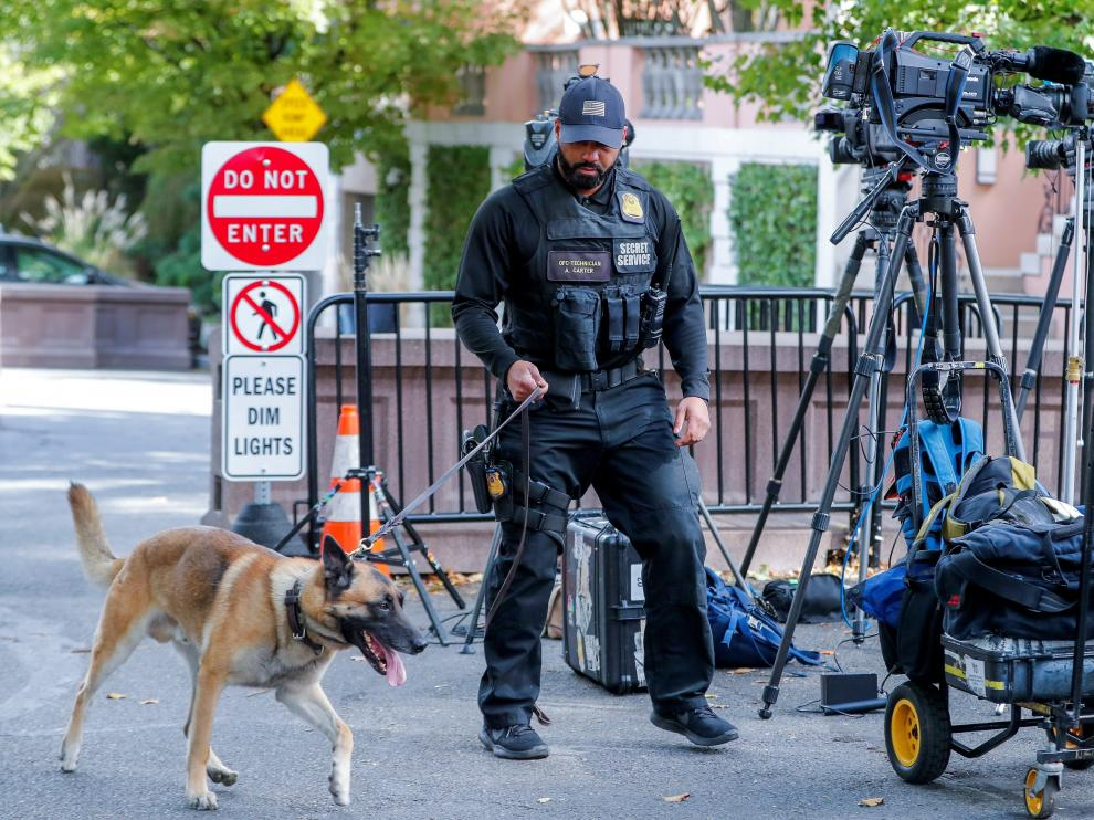 Un policía inspecciona los alrededores de la casa de Obama, en Washington, tras detectarse el paquete sospechoso.