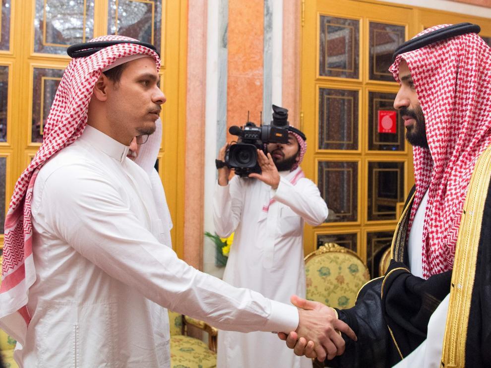 El príncipe Mohamed bin Salman -derecha- recibió este martes a un hijo de Jamal Khashoggi en Riad