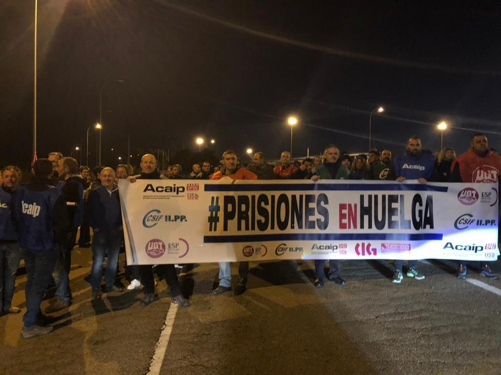 Unos 200 funcionarios de prisiones protestan ante el centro penitenciario de Zuera en la primera jornada de huelga