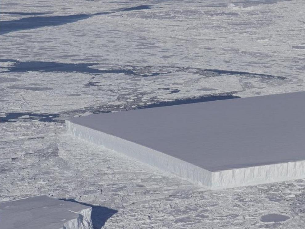 El iceberg rectangular hallado por la NASA.