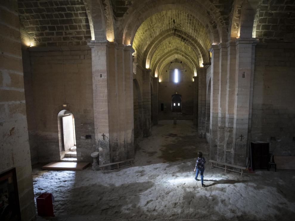 Interior de la ermita de Santa María, visto desde el altar. Al fondo, la ventana que ilumina la figura de la Virgen en los solsticios.