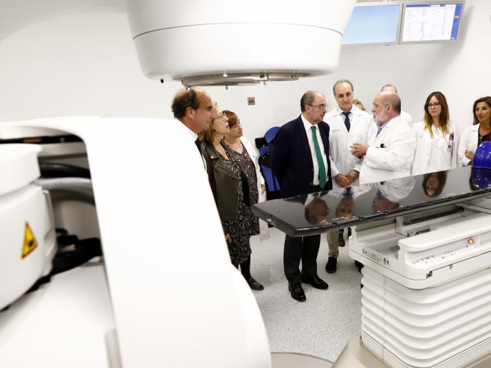 El presidente de Aragón, Javier Lambán, asiste a la presentación de la puesta en marcha del nuevo acelerador lineal del Hospital Clínico, junto con la consejera de Sanidad, Pilar Ventura y el gerente del Sector, Ignacio Barrasa.