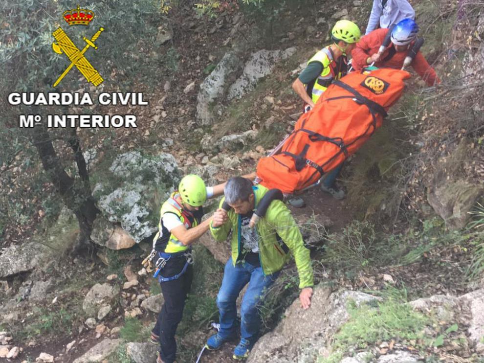 Rescate en camilla del montañero accidentado en Olba.