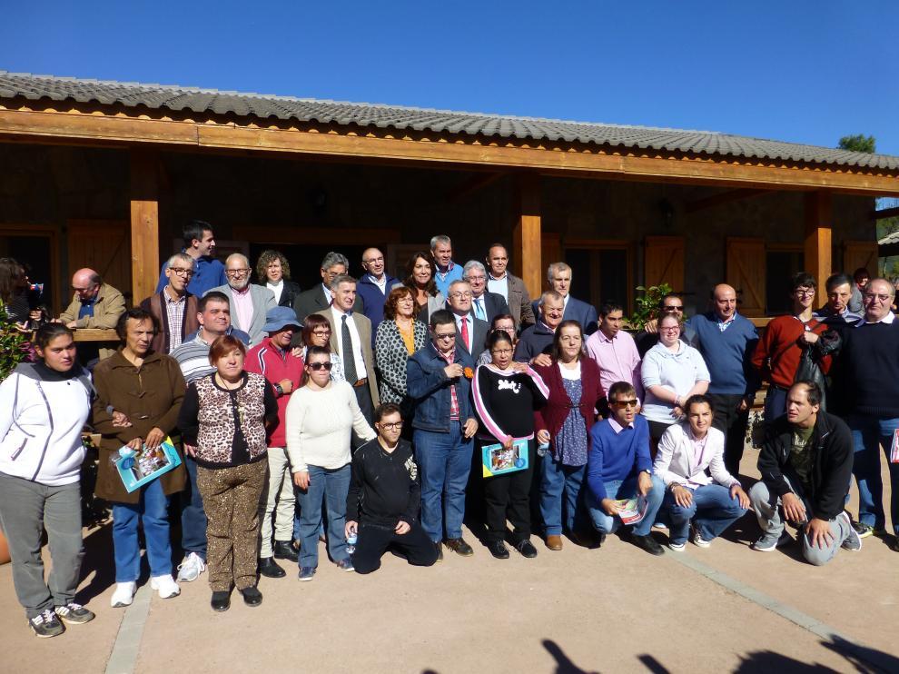 Foto de familia de autoridades y usuarios celebrando el 30 aniversario del centro