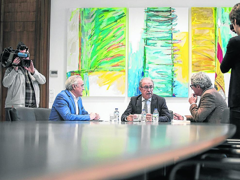 El consejero Gimeno, en el centro, solo se reunió ayer con Sada (PSOE) y Briz (CHA)