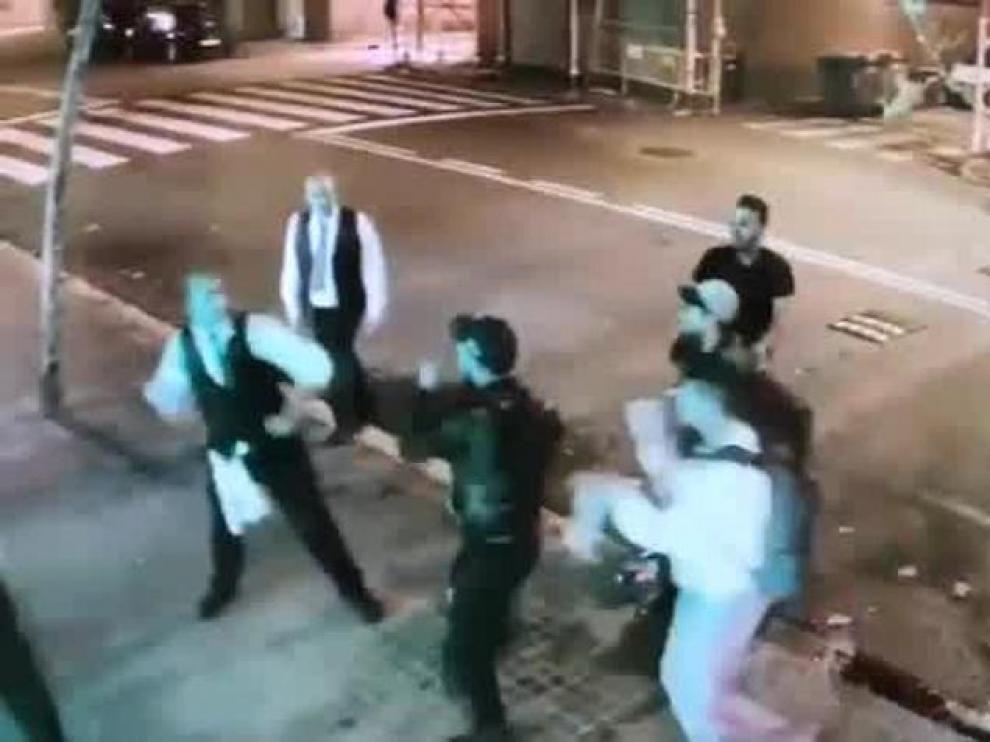 Violenta pelea entre unos jóvenes y los empleados de un conocido restaurante de Barcelona