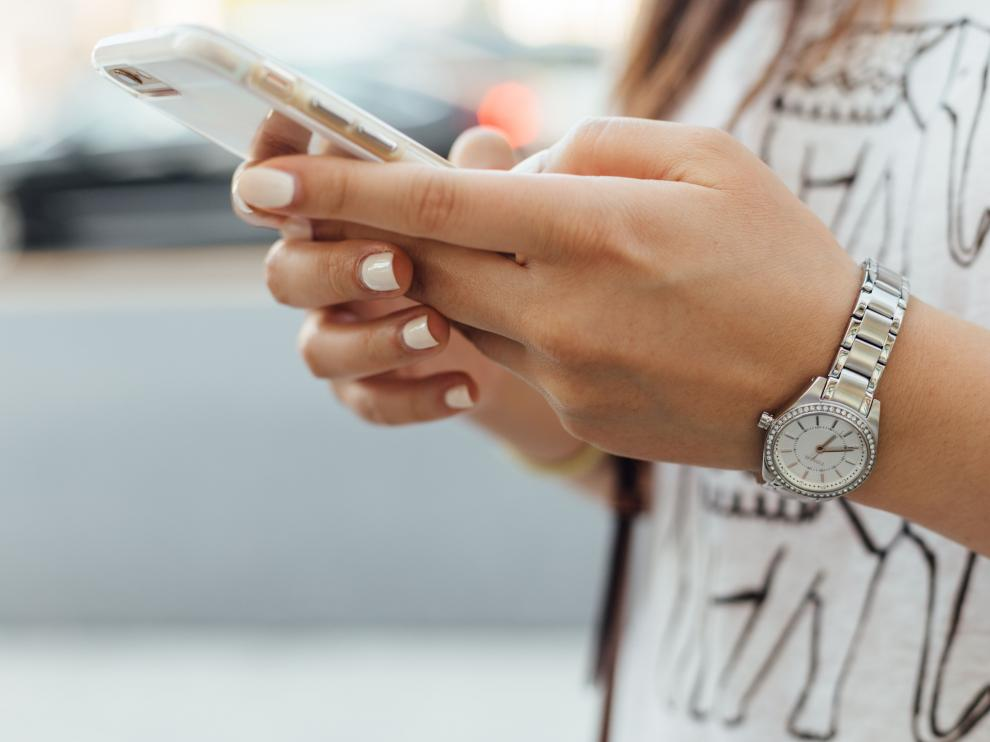 Es una realidad: los niños pasan demasiadas horas mirando la pantalla de su teléfono.
