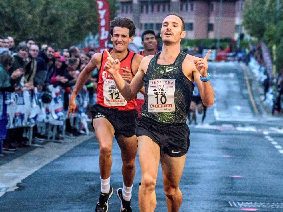 Toni Abadía cruza la línea como ganador de la  XXXI Milla Internacional de Berango, hace tres semanas.