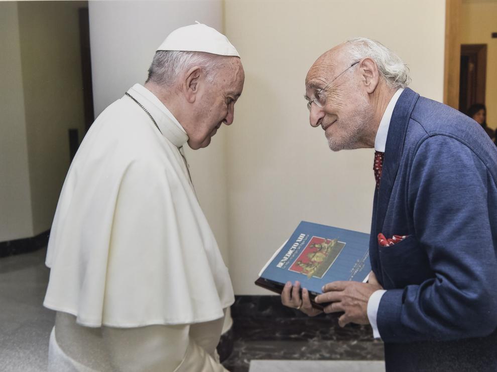 El papa Francisco recibe en el Vaticano a José Javier Forcén, que lleva un libro del Papa Luna.