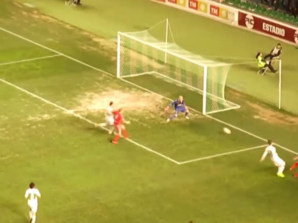 Momento en el que Raí (a la dcha.), el pasado mes de enero, anotó el gol del RZD Aragón en Elche, batiendo a José Juan con un chut raso entre el portero y el palo.