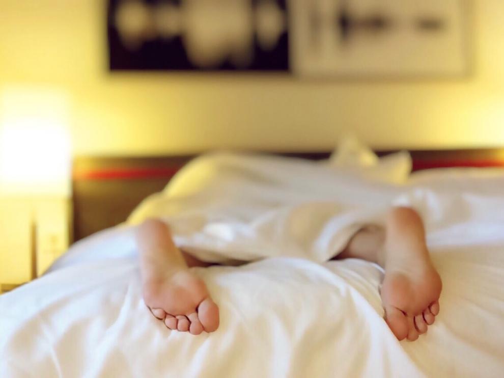 Quienes pasan cinco horas o menos en la cama tienen un 65% más de probabilidades de morir que aquellos que duermen dos horas más.