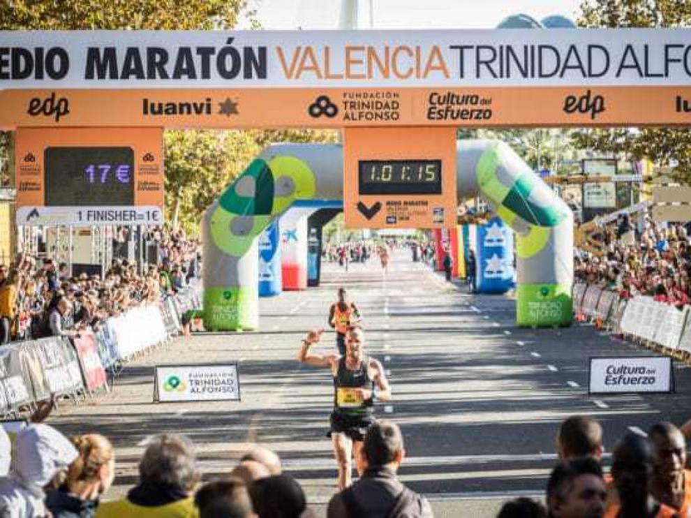 Toni Abadía cruza la línea de meta como mejor español en Valencia.