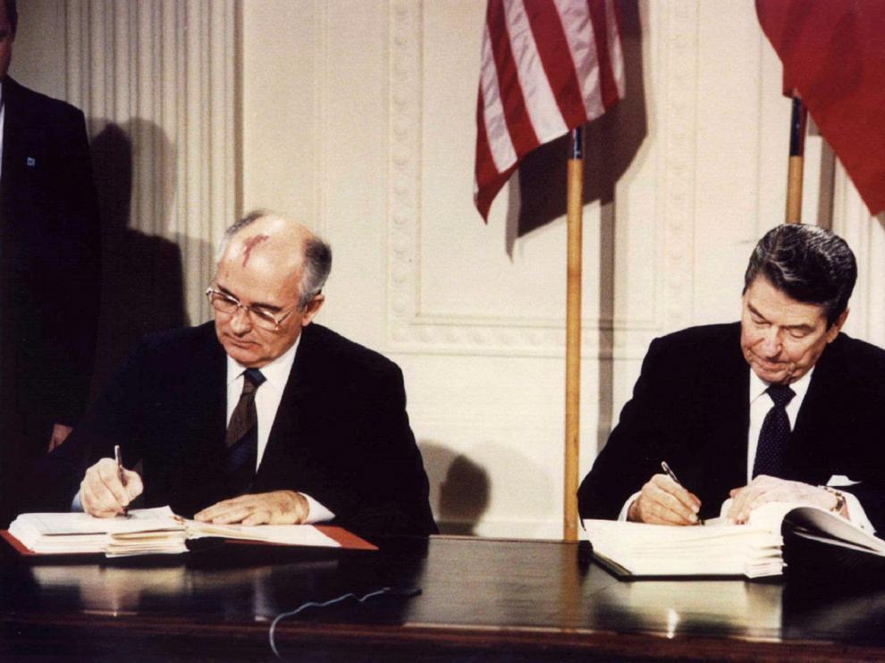 Mijaíl Gorbachov y Ronald Reagan firman el Tratado sobre Misiles de Alcance Medio (INF), en diciembre de 1987.