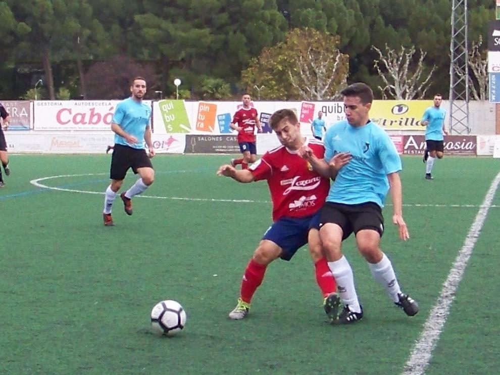 Leo lucha un balón con un jugador del Montecarlo